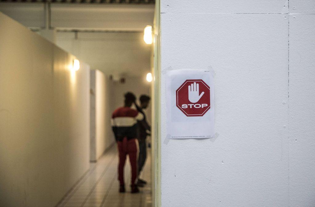 Die Bewohner einer Flüchtlingsunterkunft dürfen das Haus zwei Wochen nicht verlassen. (Symbolbild) Foto: imago images/Michael Schick