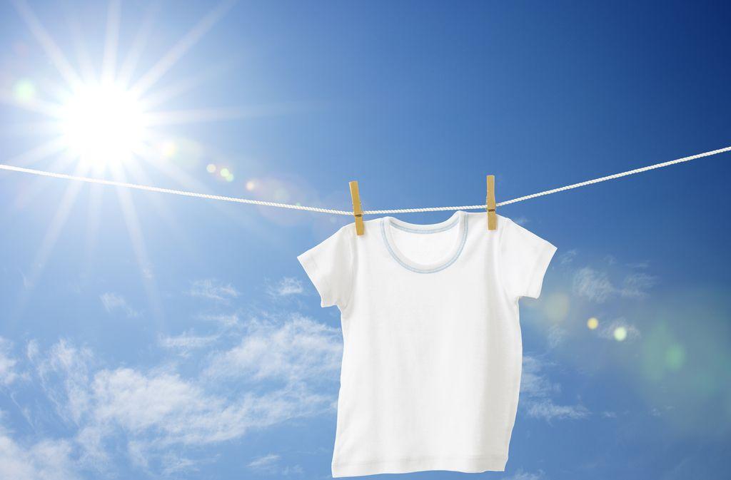 Ob Vergilbung oder Grauschleier – mit diesen 8 Tricks hellen Sie verblichene weiße T-Shirts wieder auf. Foto: horiyan / shutterstock.com