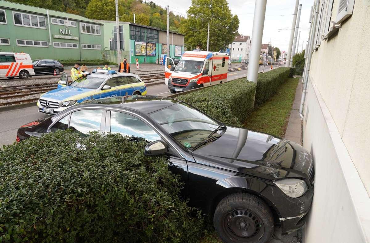 Die Fahrt des Mercedes endete an einer Hauswand. Foto: Andreas Rosar Fotoagentur-Stuttg/Andreas Rosar Fotoagentur-Stuttgart