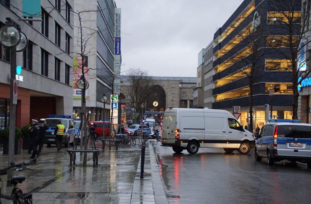 Großes Polizeiaufgebot in der Lautenschlagerstraße Foto: Andreas Rosar