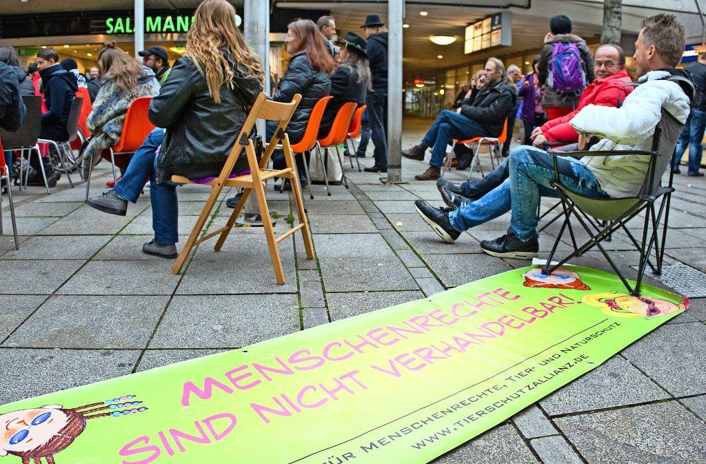 Menschen demonstrieren in der Königstraße gegen den  Abbau von Sitzbänken. Foto: Lichtgut/Oliver Willikonsky