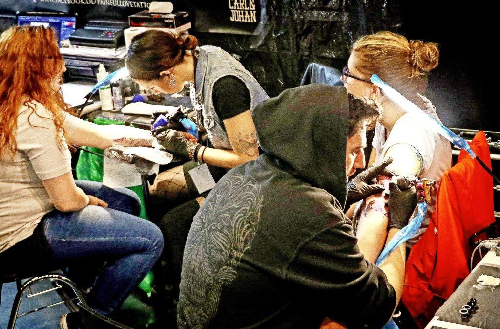 Stillsitzen und  aushalten: Diejenigen, die sich auf der Tattoo-Convention am Wochenende tätowieren ließen, haben sich das Motiv vorher gut überlegt. Foto: factum/Granville