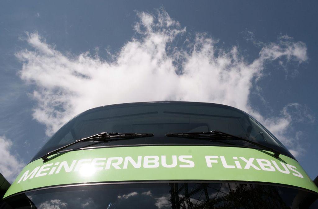 Eigentlich dürfte der Flixbus mit italienischem Kennzeichen nicht in Oberaichen parken. Warum tut er's doch? Foto: dpa