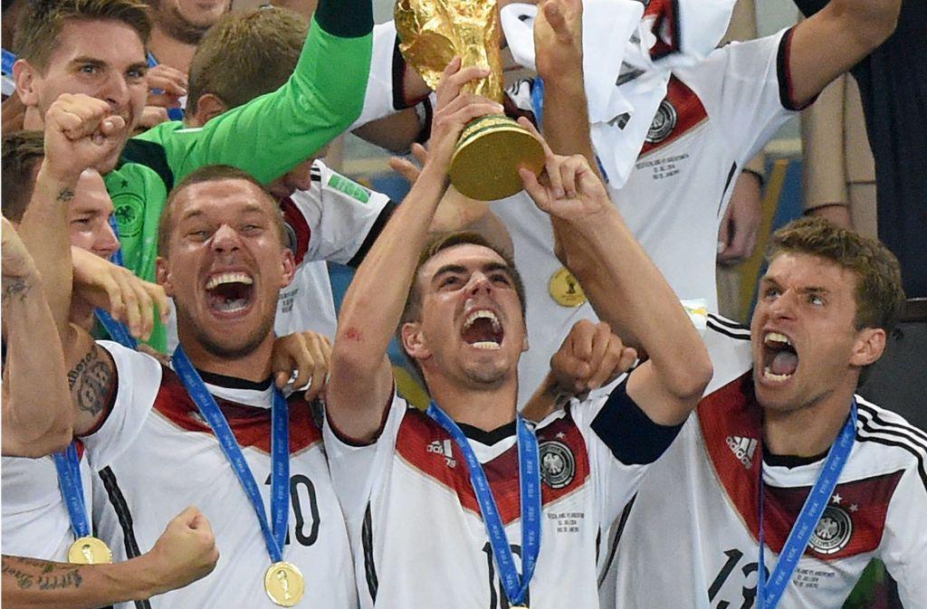 Weltmeister-Kapitän Philipp Lahm (Mitte) soll zum Ehrenspielführer der Nationalmannschaft ernannt werden. Foto: dpa