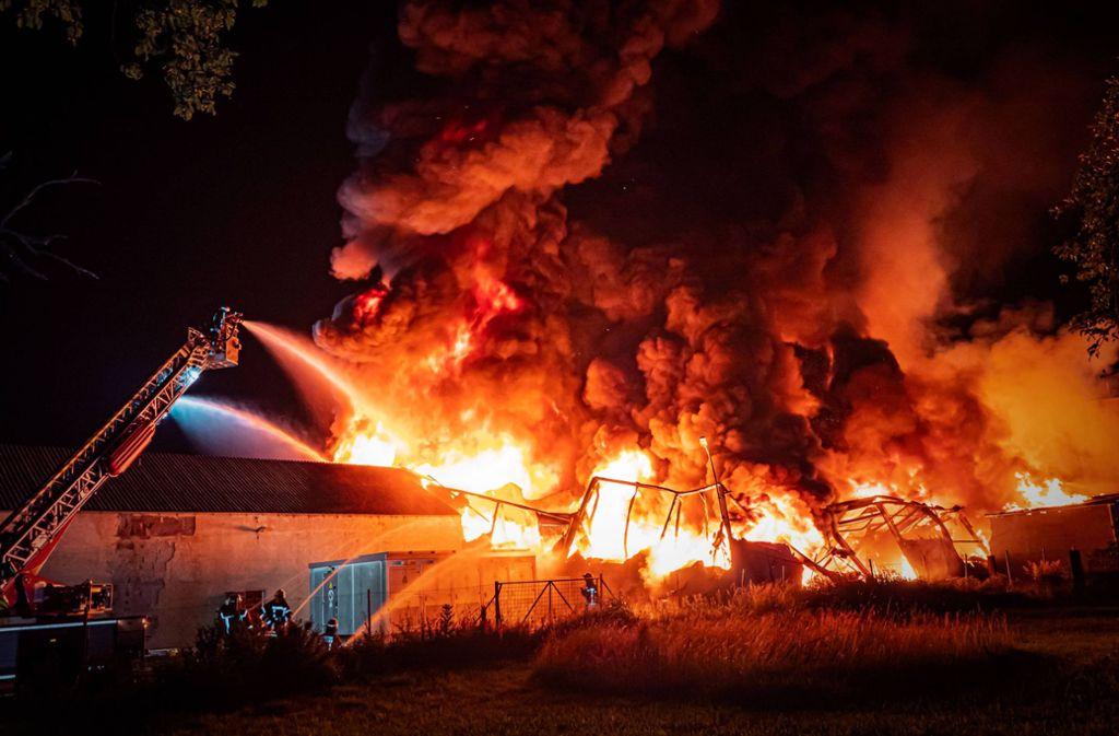 Die Feuerwehr kämpft in Durlangen gegen die Flammen. Foto: 7aktuell.de/