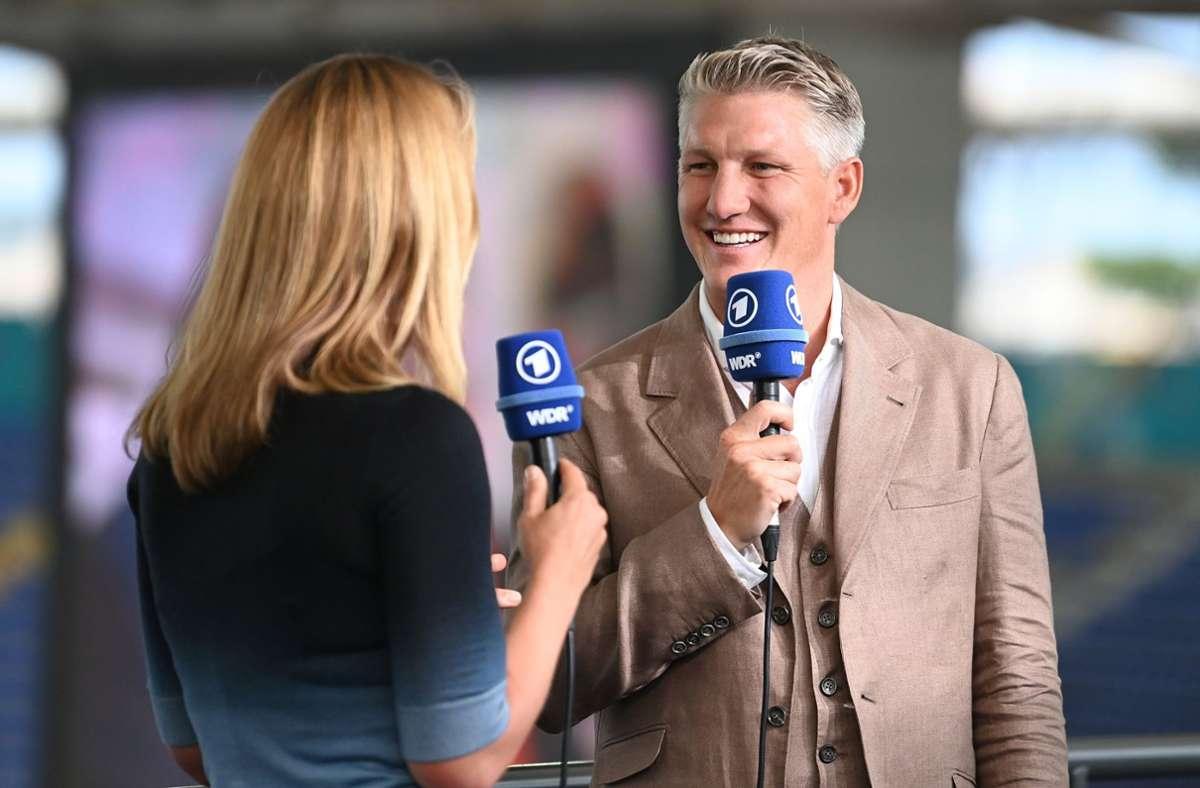 TV-Experte Bastian Schweinsteiger und ARD-Journalistin Jessy Wellmer waren teils nur sehr schwer zu verstehen. Foto: dpa/Matthias Balk