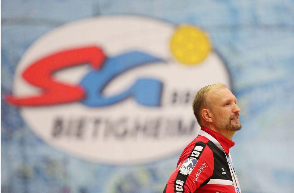 Fünf Jahre SG BBM reichen: Verabschiedet sich Trainer Hartmut Mayerhoffer mit dem Aufstieg aus Bietigheim? Foto: Baumann