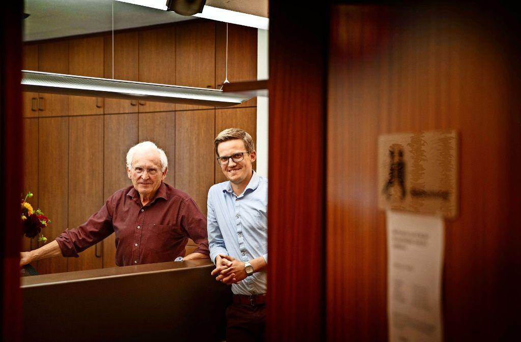 Der 71-jährige Allgemeinmediziner Walter Mast (links)  arbeitet seit 1980 in Althütte. Nun freut er sich, dass  Benjamin Tscheuschner seine Praxis übernimmt. Foto: Gottfried Stoppel