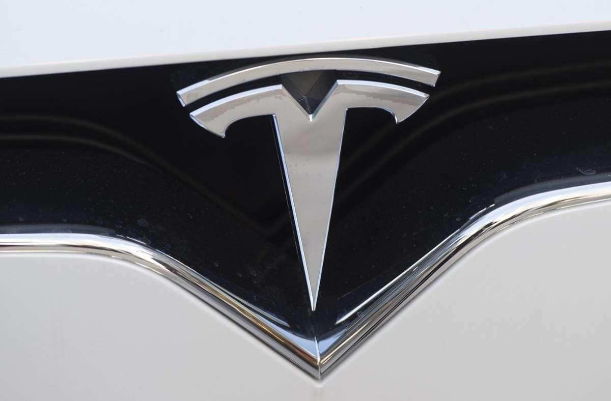 Die Firma Tesla weist darauf hin, dass der Mensch im Fahrersitz dennoch die Hände am Lenkrad haben und jederzeit bereit sein müsse, das Steuer zu übernehmen. Foto: AFP/SAUL LOEB