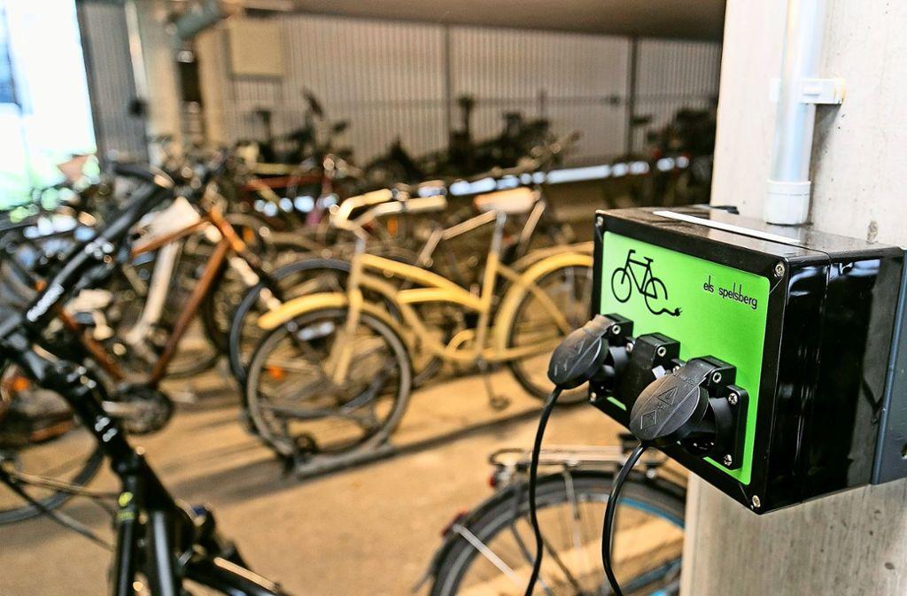 Der abschließbare Fahrradraum der Bank mit E-Bike-Ladeplätzen Foto: Wagner