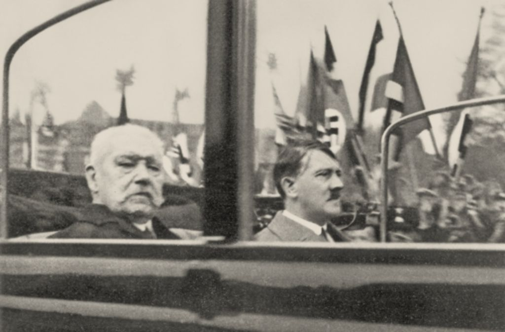 Eine folgenreiche Beziehung:  Paul von Hindenburg und Adolf Hitler auf dem Weg zur  Kundgebung am 1. Mai 1933 in Berlin . Im Januar hatte  Hindenburg in seiner Funktion als Reichspräsident Hitler zum Reichskanzler ernannt. Foto: AKG