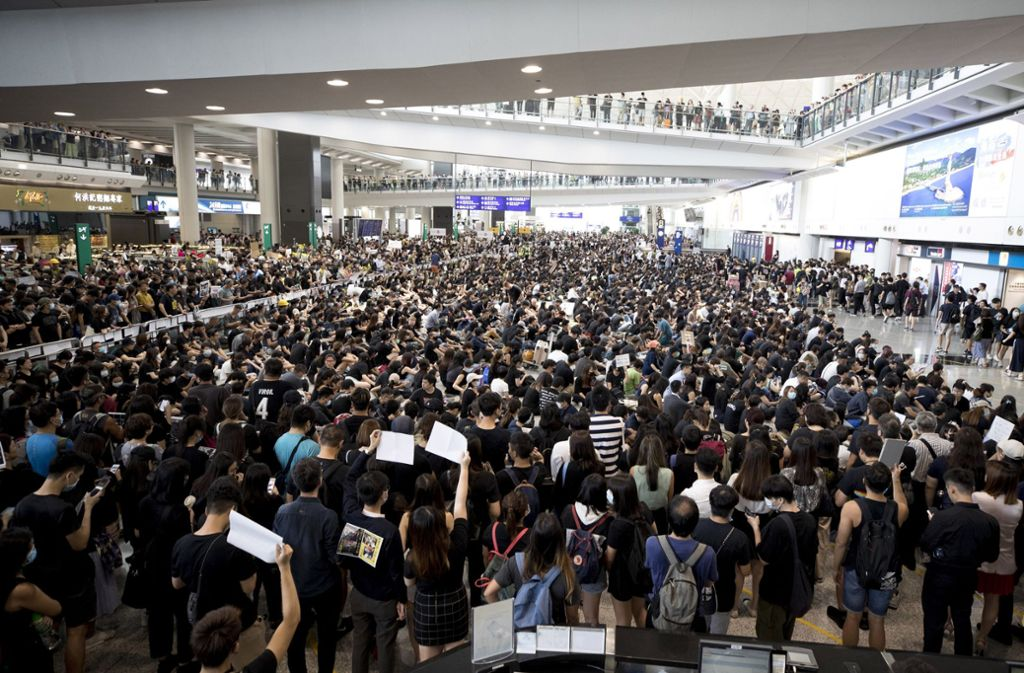 Die Proteste am Flughafen legen den Betrieb lahm. Foto: dpa
