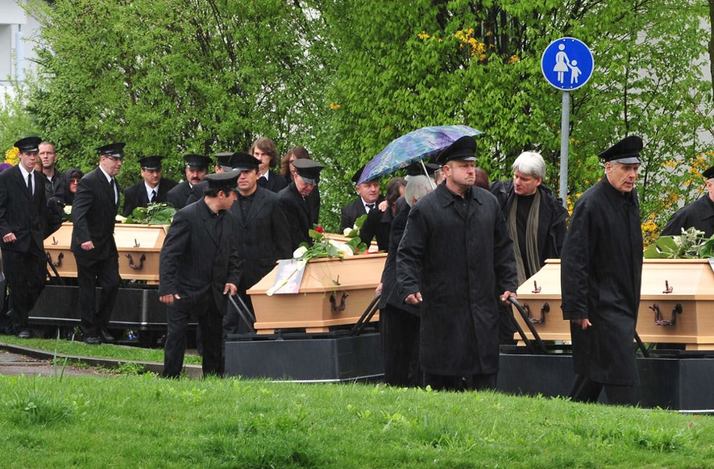 Der Trauerzug bringt die Särge der Opfer des Vierfachmorde zum Gottesdienst in die Kirche. Foto: dpa