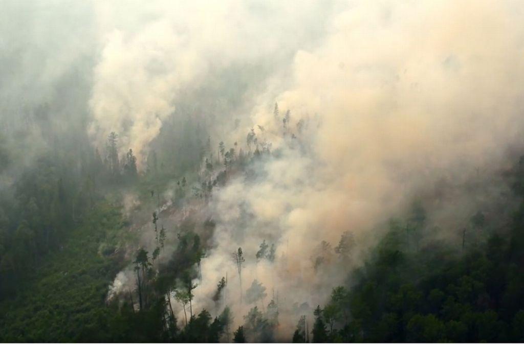 Noch immer breitet sich das Feuer in den abgelegenen Gebieten der Taiga aus. Der Waldgürtel ist nicht nur Russlands grüne Lunge, sondern ist auch für das Weltklima extrem wichtig. Foto: Tass/dpa