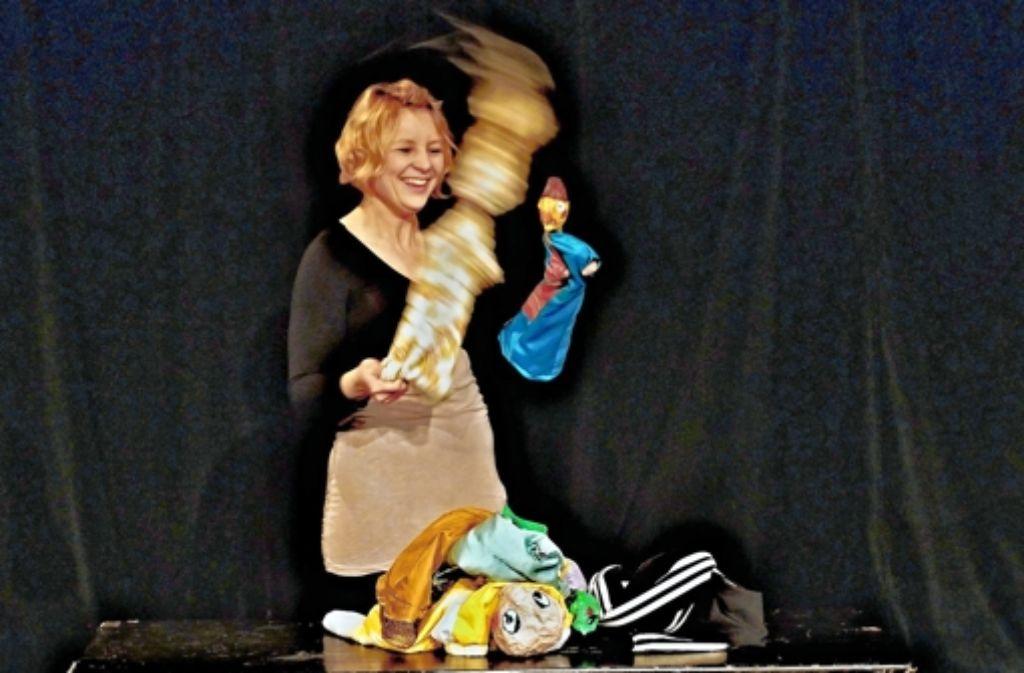 """Wiebke Schulz lässt bei """"Romeo und Julia"""" die Puppen fliegen. Foto: Festival"""