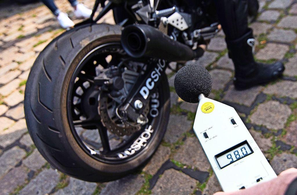 Die Büsnauer fühlen sich vom Motorradlärm gestört. Sie wollen, dass die Polizei künftig nicht nur die Geschwindigkeit, sondern auch die technische Ausstattung der Motorräder kontrolliert, etwa Auspuffanlagen, die besonders viel Krach machen. Foto: dpa