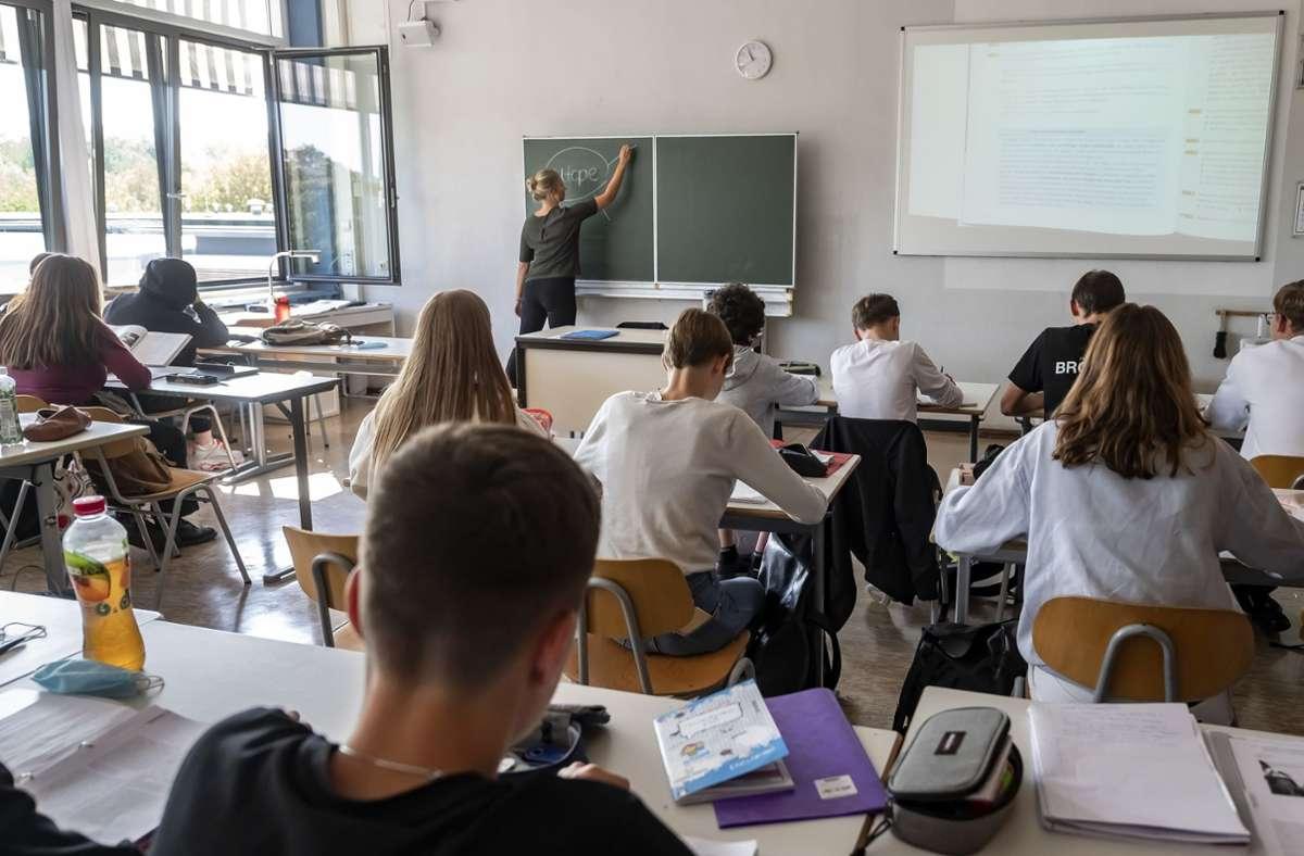 Für das Fernbleiben vom Unterricht sollte ein Attest vorgelegt werden müssen, argumentieren die Lehrer. (Archivbild) Foto: dpa/Uli Deck