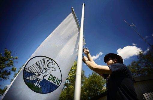 Lebensretter zeigen Flagge am Aichstrutsee
