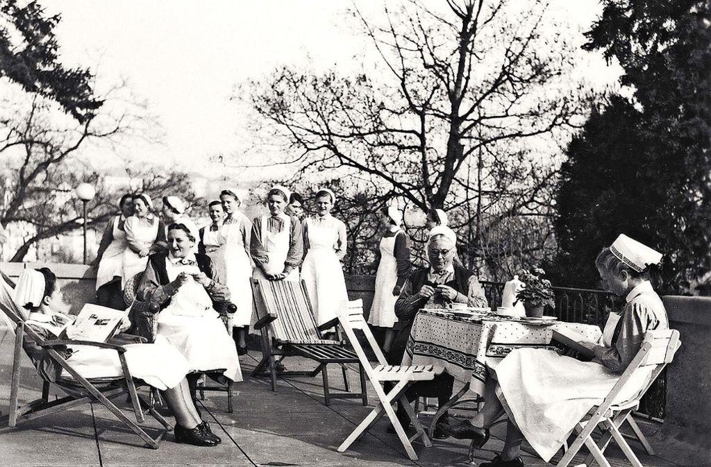 Die 1950er Jahre: Auf der Terrasse ihres Mutterhauses in der Relenbergstraße machen die Schwestern Kaffeepause. Foto: Württembergische Schwesternschaft