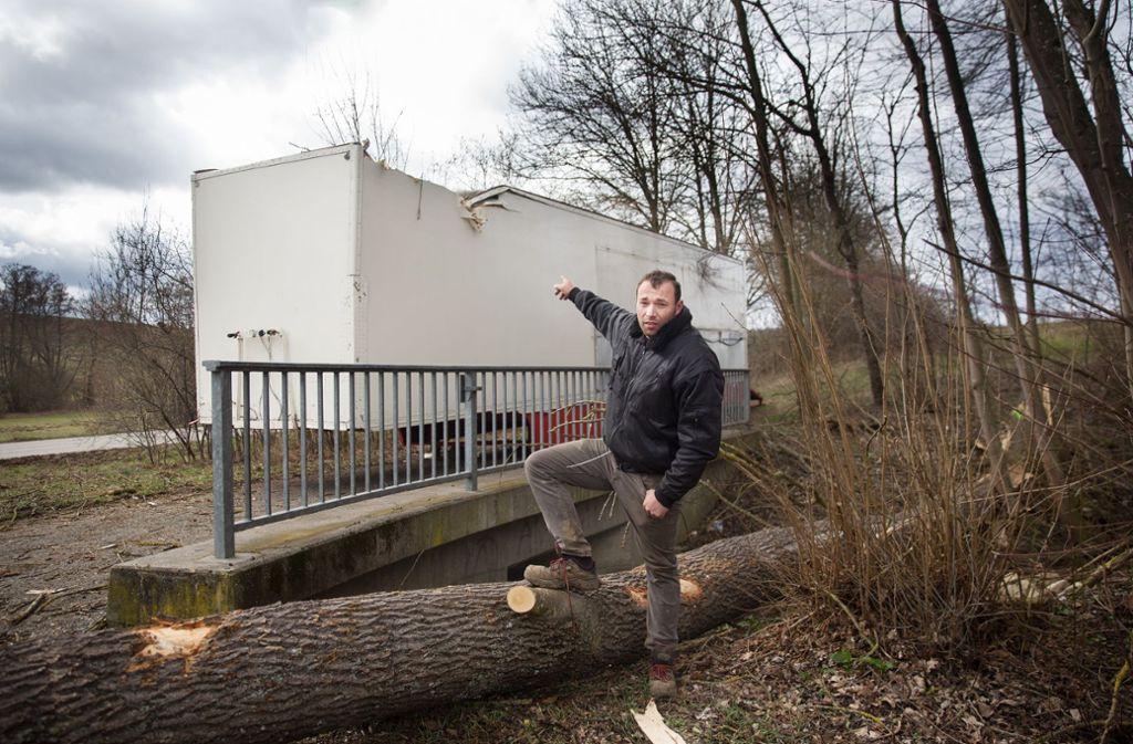 André Kaiser vom Zirkus Alessio deutet auf den Auflieger, der von einer tonnenschweren Esche getroffen worden ist. Foto: Horst Rudel