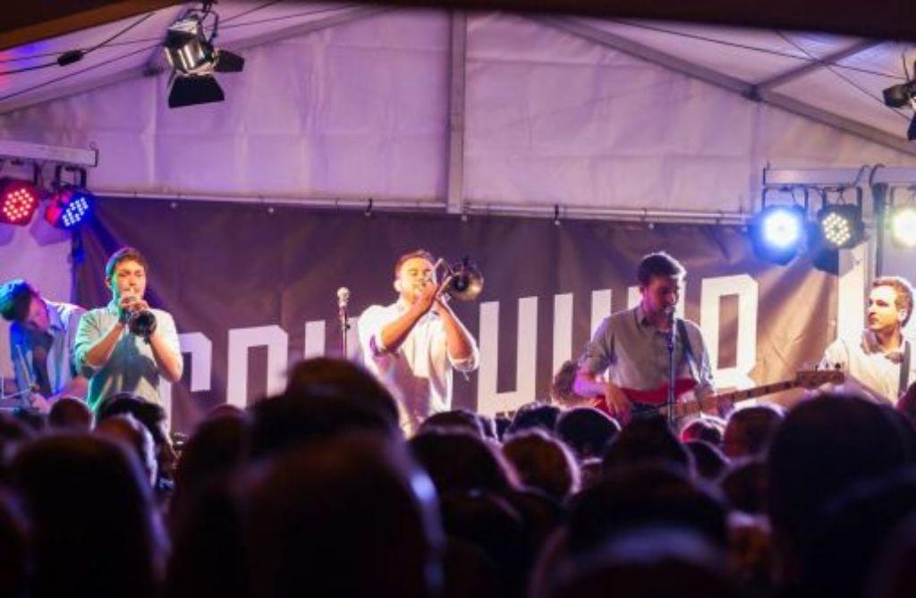 Volle Hütte, volle Kraft voraus: Grup Huub lieben die Bühne offensichtlich. Foto: Grup Huub