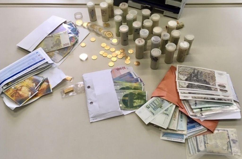 Zollbeamte haben bei einem Pärchen aus dem Raum Stuttgart Bargeld und Münzen im Wert von über 65000 Euro gefunden. Foto: Polizei