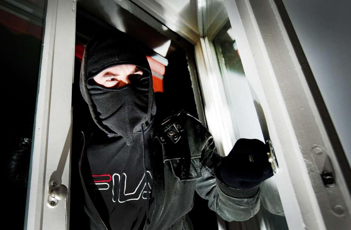 Zwei Einbrecher sind auf ihrer Diebestour von einem Anwohner gestört und verjagt worden. (Symbolbild) Foto: dpa/Andreas Gebert