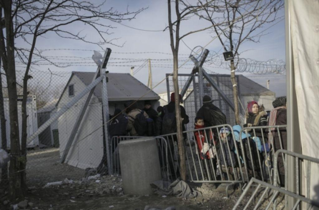 Flüchtlinge in Griechenland nahe der mazedonischen Grenze: Athen gerät  massiv unter Druck, wenn die Grenze  noch einmal geschlossen wird. Foto: dpa