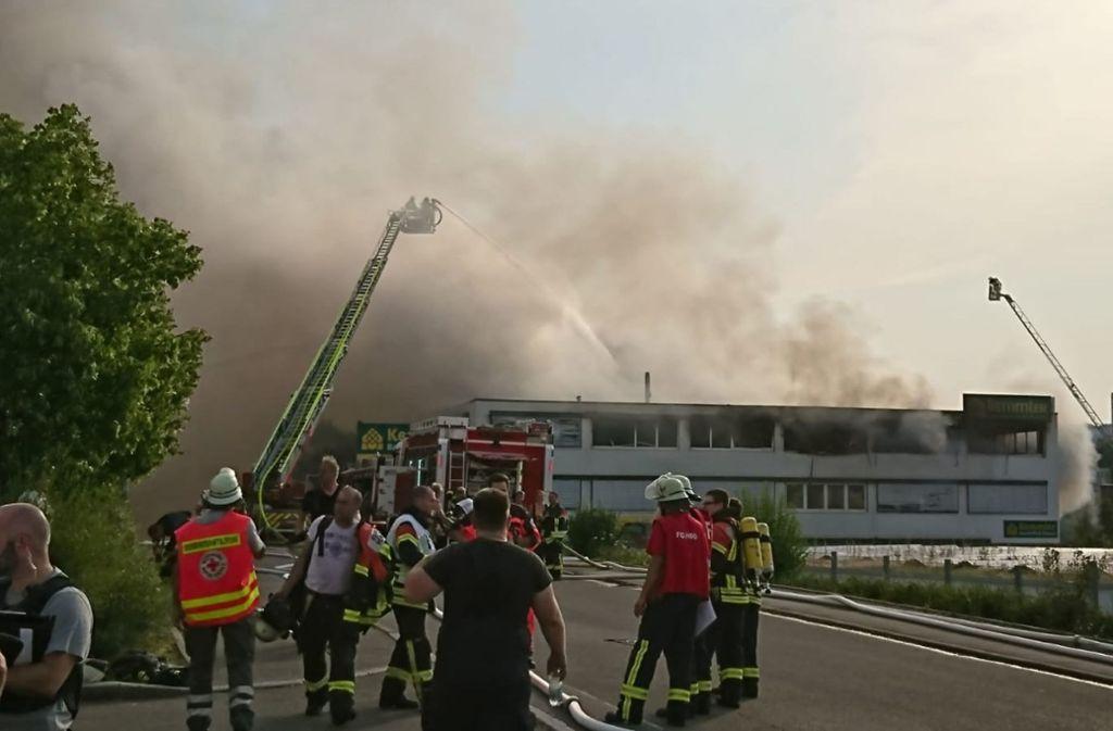 Beim Brand des Außenlagers einer Baustofffirma beim Herrenberger Bahnhof  haben Zeugen von Explosionen berichtet. Foto: SDMG