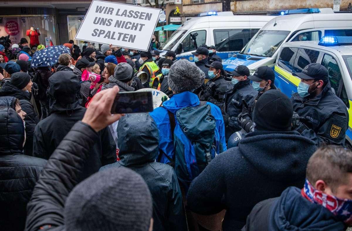 """In Stuttgart hatten sich viele hundert Menschen unter dem Motto """"Es reicht"""" versammelt, um gegen die Corona-Maßnahmen zu demonstrieren. In unserer Bildergalerie sehen Sie, in welchen Städten außerdem demonstriert wurde. Foto: dpa/Christoph Schmidt"""