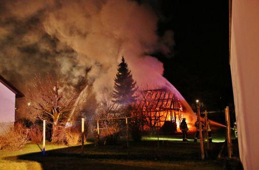 Feuer zerstört Holzschuppen samt Landmaschinen komplett