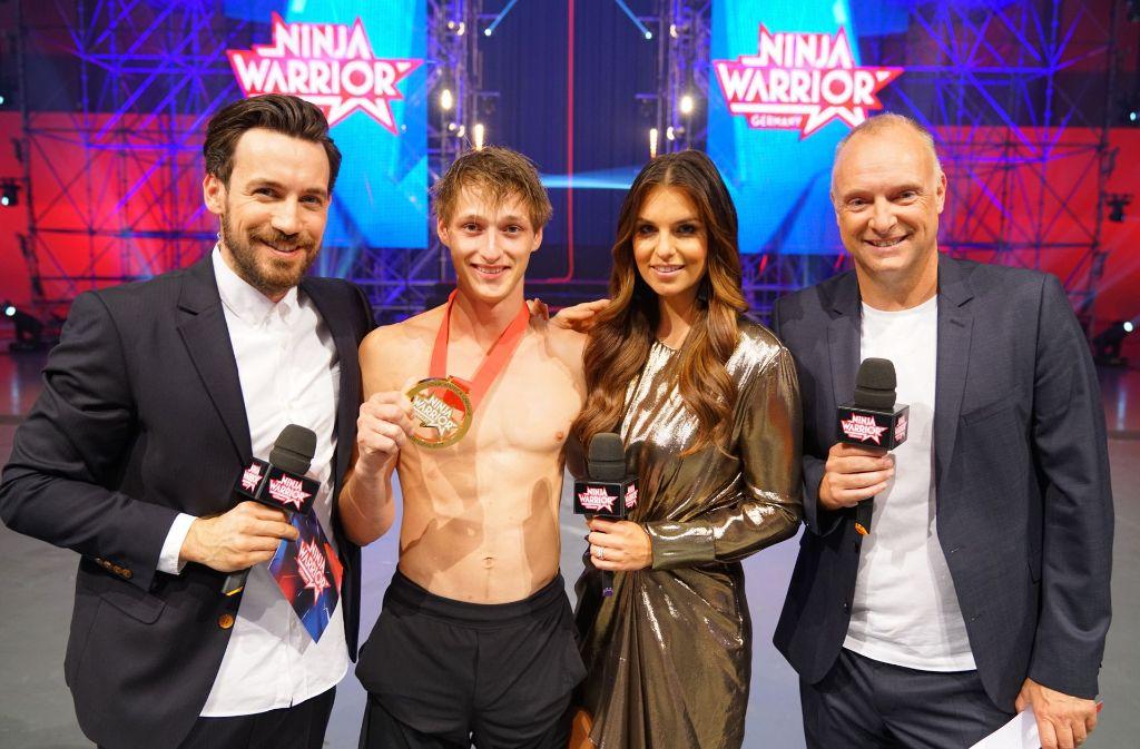 """Moritz Hans aus Stuttgart (zweiter von links) wird """"Last Man Standing"""" der zweiten Staffel von """"Ninja Warrior Germany"""". Foto: MG RTL D / Stefan Gregorowius"""
