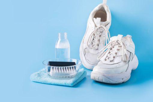 Weiße Sneaker und Stoffschuhe reinigen