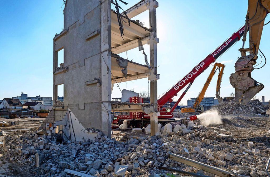 Blauer Himmel statt wuchtiger Mauern:  Die Abrissbagger haben das Möbelhaus-Gebäude plattgemacht. Foto: factum/Andreas Weise