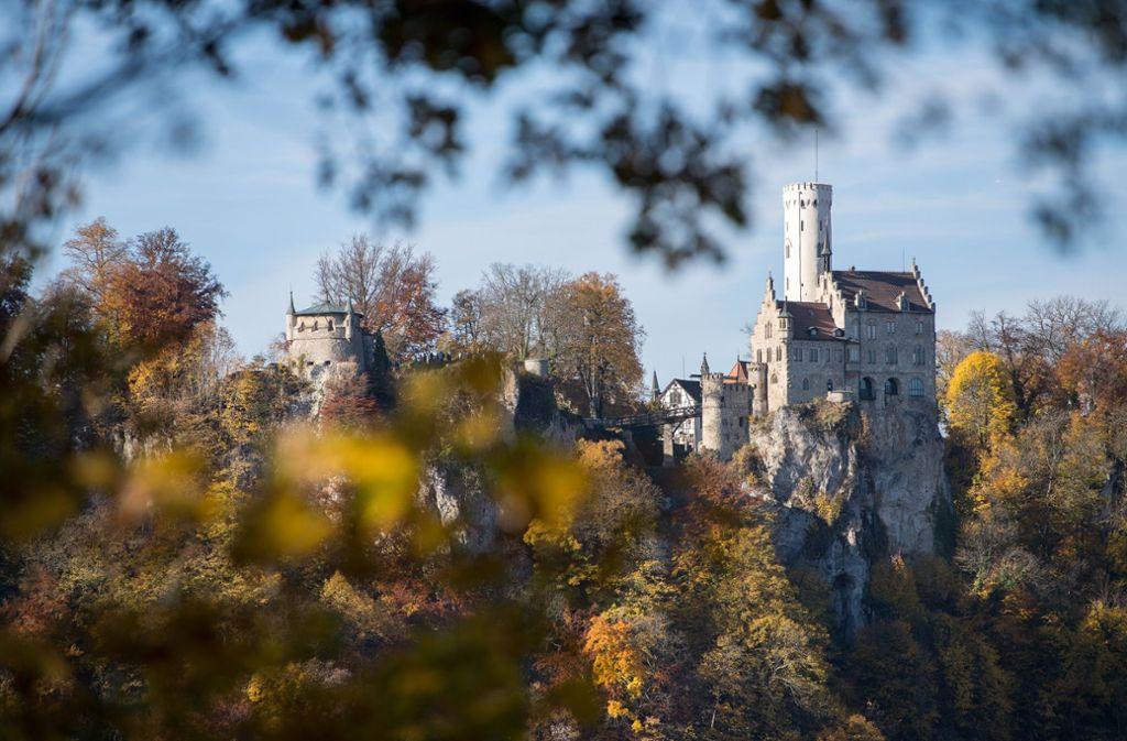 Bunte Blätter vor dem Schloss Lichtenstein Foto: dpa