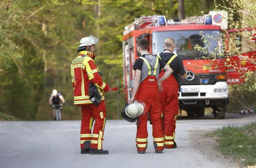 Feuerwehrleute bekämpfen Waldbrand und finden Bombe