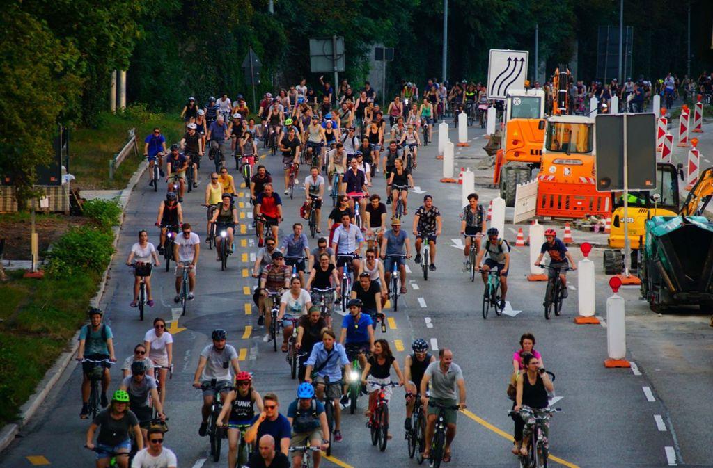 Rund 1700 Radler beteiligten sich laut Polizei an der Fahrt durch Stuttgart. Foto: Andreas Rosar Fotoagentur-Stuttg