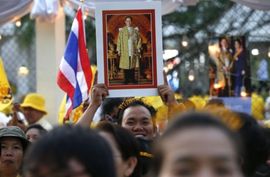 König Bhumibol wird in Thailand fast wie ein Heiliger verehrt - undenkbar, an seinem Geburtstag Demonstrationen abzuhalten. Foto: dpa