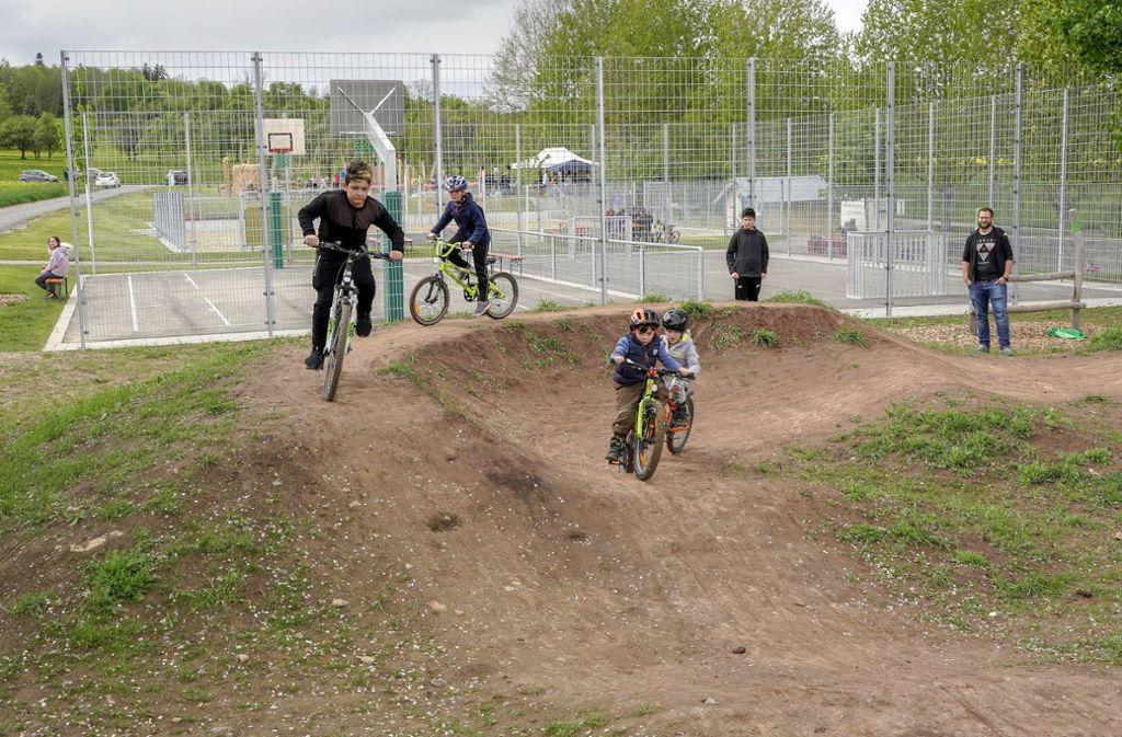 In Jettingen ging auf der neuen Freizeitanlage  auch ein Dirt-Pumptrack für Radbegeisterte in Betrieb – er wurde von Jugendlichen mitgeplant. Foto: factum/Weise