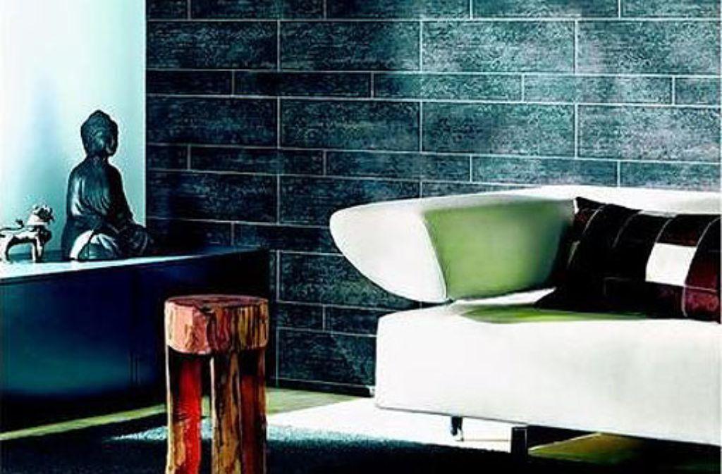 Eine Steinwand im Wohnzimmer: Mit der Strukturtapete ist das kein Problem mehr. Foto: dpa