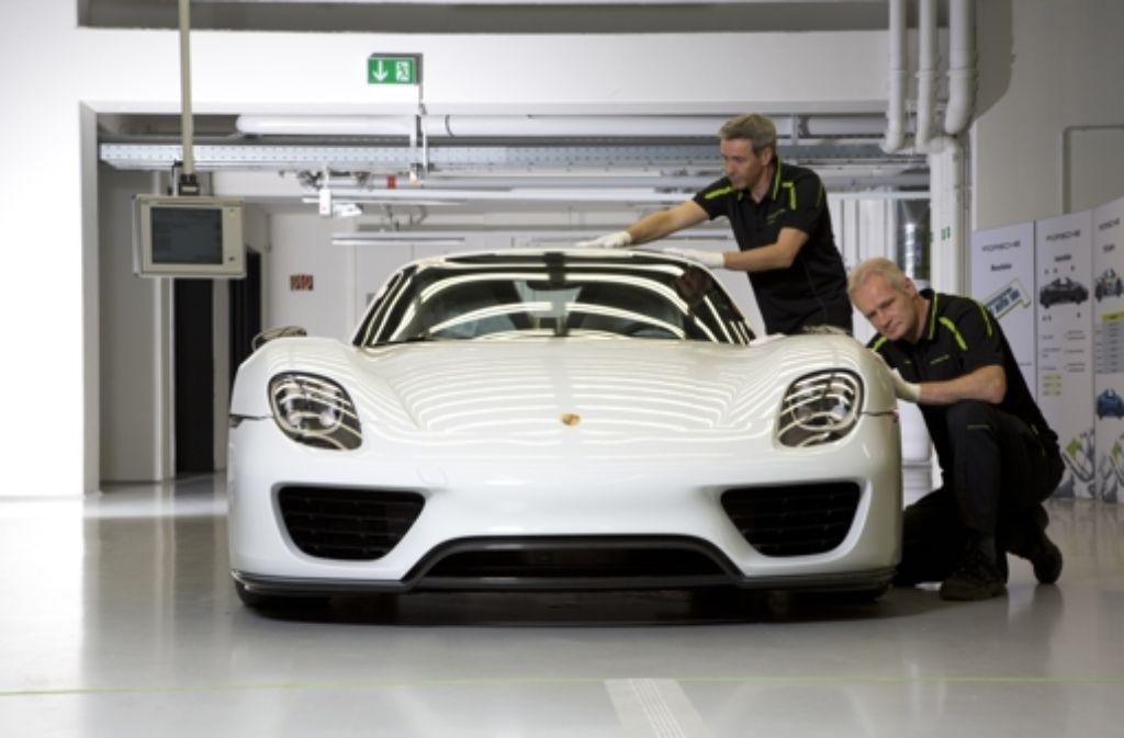 Am Ende der Fertigungslinie wird der Porsche 918 Spyder unter hellem Neonlicht in Augenschein genommen. Foto: Porsche
