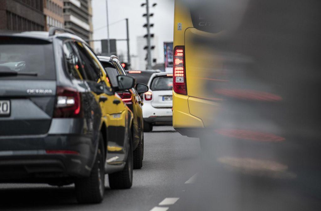 Der Straßenverkehr gehört zu den größten Schadstoff-Verursachern in den Städten. Die Qualität der Luft hat sich 2019 verbessert – auch deshalb, weil verstärkt umweltfreundliche Autos auf die Straßen kommen. Foto: dpa/Paul Zinken