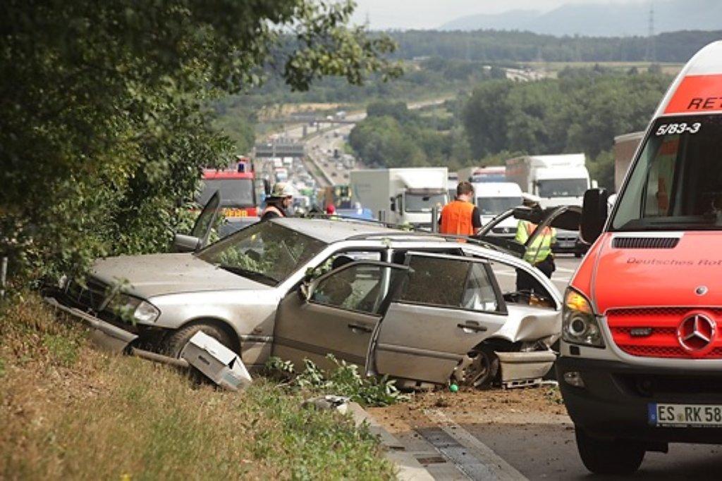 Bei einem Spurwechsel auf der A8 bei Wendlingen touchiert der Fahrer eines VW Golf einen Mercedes - dieser gerät ins Schleudern und landet im Grünstreifen. Foto: www.7aktuell.de | Daniel Jüptner
