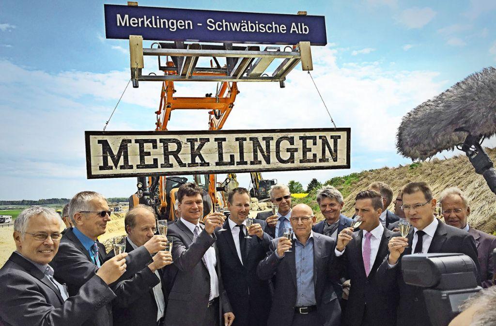 Minister Hermann (Mitte) beim Spatenstich für den Merklinger Bahnhof – in der CDU wird er angefeindet. Foto: StZ