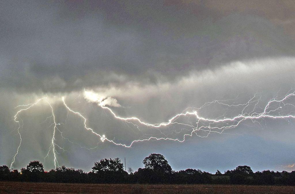 In den letzten Wochen zogen zahlreiche Gewitter über die Region. Die Landwirte hoffen nun auf ein paar trockene Tage. Foto: dpa