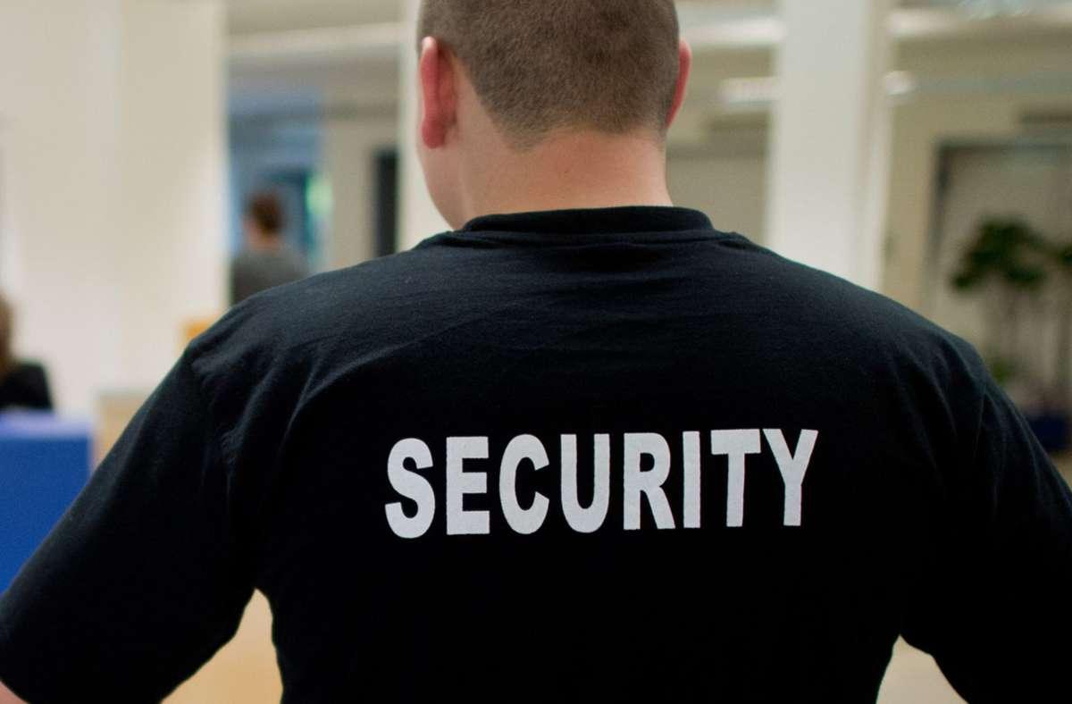 Der Sicherheitsdienst ist ein Baustein, um den Frieden in den Unterkünften zu festigen. Foto: dpa/Julian Stratenschulte