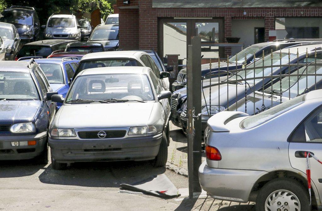 So werden die zu verschrottenden Autos gelagert. Anwohner beklagen, dass manche Wagen auch auf der öffentlichen Straße stünden. Foto: factum/Granville