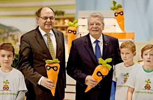 Bundeslandwirtschaftsminister Christian Schmidt (CSU, links) und  Bundespräsident Joachim Gauck haben am Donnerstag die Grüne Woche besucht. Foto: dpa