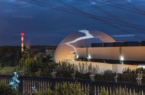 Atomkraftgegner projizieren Riss auf Reaktorkuppel
