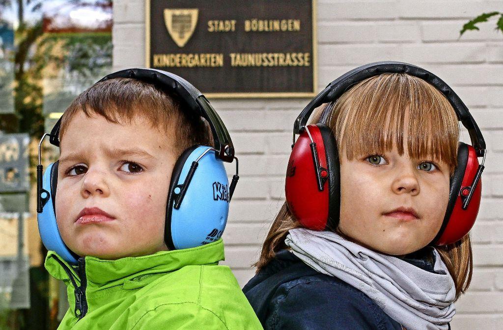 Bereits vor zwei Jahren entstand dieses Foto. Seitdem ist das tägliche Geballer für Leo, Ylvi und die anderen Kinder noch lauter geworden. Foto: factum/Bach